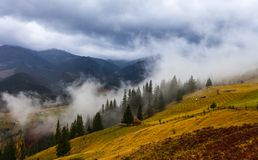 Riscaldamento globale Paesaggio della montagna Nuvole e nebbia fotografia stock