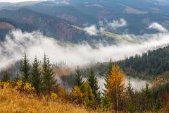 Riscaldamento globale Paesaggio della montagna Nuvole e nebbia immagini stock libere da diritti