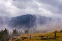 Riscaldamento globale Paesaggio della montagna Nuvole e nebbia immagine stock