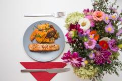 Riscaldato sul posto: salmone arrostito con la patata dolce fotografia stock