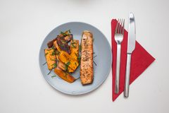 Riscaldato sul posto: salmone arrostito con la patata dolce immagine stock