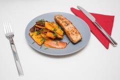 Riscaldato sul posto: salmone arrostito con la patata dolce immagini stock