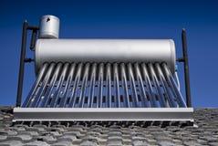Riscaldatore di acqua solare - tubi di vetro evacuati Immagine Stock