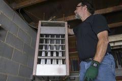 Riscaldatore a gas sopraelevato di Cleaning Top Of del tecnico Immagini Stock