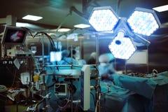 Riscaldi il lavoro dei chirurghi nella sala operatoria fra l'elettronico Fotografie Stock Libere da Diritti