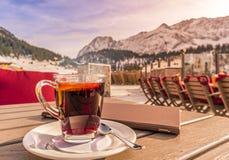 Riscaldi il menu del ristorante e della bevanda sulla tavola in decorazione alpina Fotografia Stock Libera da Diritti