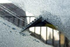 Riscando o gelo da janela de carro Imagem de Stock