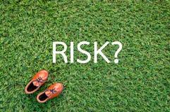 Rischi il concetto con la scarpa di cuoio su erba verde jpg Immagini Stock Libere da Diritti