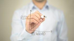 Rischi il rapporto della ricompensa, il grafico di concetto, scrittura dell'uomo sullo schermo trasparente Fotografia Stock