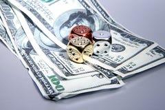 Rischio dei soldi dei dollari dei dadi Fotografia Stock Libera da Diritti