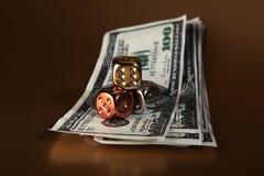 Rischio dei soldi dei dollari dei dadi Fotografie Stock Libere da Diritti