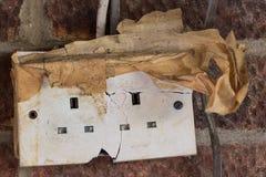 Rischio di elettricità Presa a muro incrinata e nociva pericolosa di corrente elettrica fotografia stock