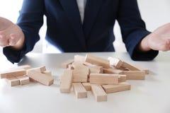 Rischio e strategia di progettazione nel guasto di gioco dell'uomo d'affari del maschio di legno dei blocchi Concetto di affari p immagini stock libere da diritti