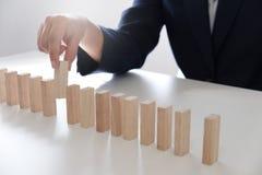 Rischio e strategia di progettazione nell'affare, giocante disponendo il maschio di legno dei blocchi Concetto di affari per cres fotografia stock libera da diritti