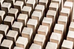 Rischio e strategia nell'affare, molti blocchi di legno identici fotografia stock libera da diritti