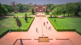 Risciò automatico giallo a Nuova Delhi, India sulla strada fotografia stock