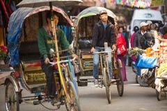 Risciò nepalese nel centro storico della città, a Kathmandu, il Nepal immagini stock libere da diritti