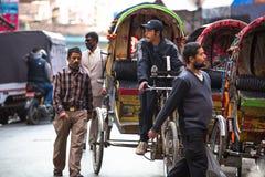 Risciò nepalese non identificato nel centro storico della città, il 28 novembre 2013 a Kathmandu, Nepal fotografia stock