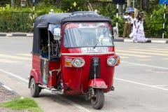 Risciò o tuk-tuk automatico sulla via di Matara La maggior parte dei tuk-tuks nello Sri Lanka sono un modello leggermente modific fotografie stock