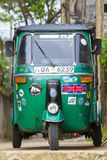 Risciò o tuk-tuk automatico sulla via di Mirissa La maggior parte dei tuk-tuks nello Sri Lanka sono un modello leggermente modifi Immagine Stock Libera da Diritti