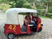 Risciò o Tuktuk e driver Fotografia Stock