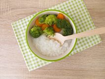 Riscongee med brokkoli och moroten Royaltyfria Foton