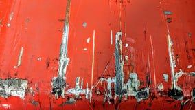 Riscos grandes no metal pintado no vermelho imagens de stock royalty free