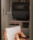 Riscrittura delle letture elettriche del tester fotografie stock