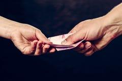 Riscuotendo fondi dal cliente, dai costi economici e dal pagamento dei servizi fotografia stock libera da diritti