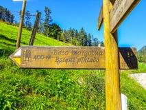 Riserva di biosfera di Urdaibai, Bizkaia, Spagna; 2018-04-16: Castel Route Indicator a bosque pintado de oma immagine stock libera da diritti