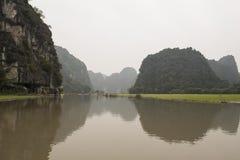 Risfält och flod Nimh Binh, Vietnam Arkivbild