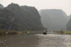 Risfält och flod Nimh Binh, Vietnam Arkivfoton