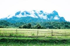 Risfältet berg och försett med en hulling - binda väggen i solig dag arkivfoto