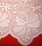Rishelye do bordado em um branco batic Fotografia de Stock Royalty Free