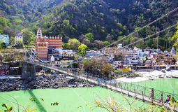 RISHIKESH, ΙΝΔΙΑ - 3 Απριλίου 2014 - η κύρια άποψη στον ποταμό, τη γέφυρα και το ναό Ganga στοκ εικόνα