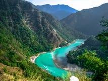 Rishikesh f?r himalayas f?r bl?tt vatten f?r Ganga flod arkivfoton