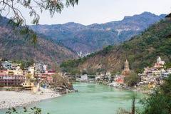 Rishikesh, heilige Stadt und Reiseziel in Indien Der Ganges, der zwischen Berg vom Himalaja fließt Lizenzfreies Stockbild