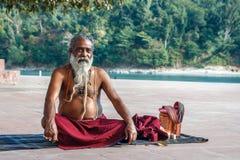 Rishikesh, INDE en novembre 2012 : Sadhu non identifié - homme saint - sur les ghats du Gange Rishikesh est le sacré saint Image libre de droits