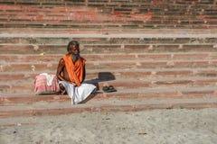 Rishikesh, INDE en novembre 2012 : Sadhu non identifié - homme saint - sur les ghats du Gange Rishikesh est le sacré saint Photos libres de droits