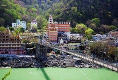 Rishikesh, India, het belangrijkste standpunt aan de rivier, de brug en de tempel van Ganga Royalty-vrije Stock Afbeeldingen