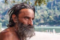 Rishikesh, INDIA novembre 2012: Sadhu non identificato - uomo santo - sui ghats di Gange Rishikesh è il sacro santo fotografia stock libera da diritti