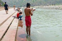 RISHIKESH INDIEN - APRIL 17, 2017: En hinduisk sadhu som tar ett bad på Gangesen i Indien Arkivfoton