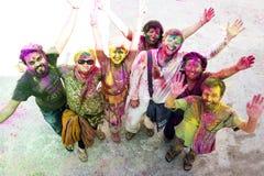 RISHIKESH INDIEN - MARS 17, 2014 - folk som firar holi Fotografering för Bildbyråer