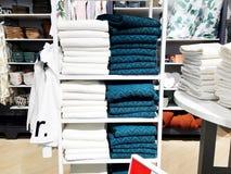 RISHON LE锡安,以色列2017年12月17日:一块软的特里毛巾基于架子 浴的毛巾 在角落的架子 库存照片