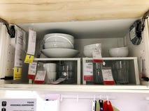 RISHON LE锡安,以色列2017年12月16日:一套有碗的瓷板材和玻璃,准备服务热和冷的食物 库存图片