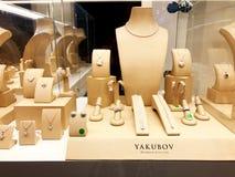 RISHON LE锡安,以色列2017年12月29日:与一套的展示窗口Yakubov首饰片断从金刚石珍贵的首饰的 免版税库存图片