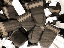 RISHON LE锡安,以色列2017年12月16日:厨房棉花手套在商店被卖 在销售中的新的厨房手套 免版税库存图片