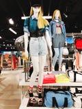 RISHON LE锡安,以色列2018年1月12日:在一个时装模特的衣裳在商店 商城 免版税库存照片