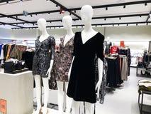 RISHON LE锡安,以色列2017年12月17日:在的衣裳时装模特在商店 商城 免版税库存照片