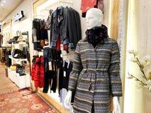 RISHON LE锡安,以色列2017年12月29日:在的衣裳时装模特在商店 商城 库存图片